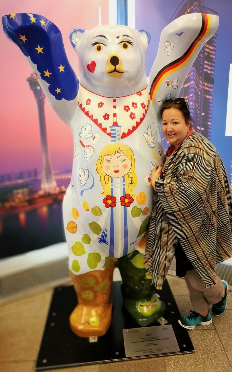 Pamela und der Berliner Baer im Eingang des Fernsehturms