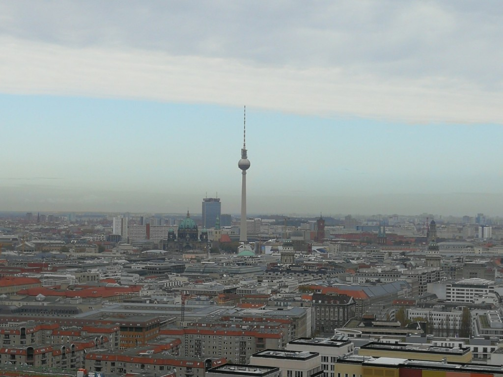 Blck vom Kohlhoff - Tower zum Fernsehturm bei bewölktem Himmel