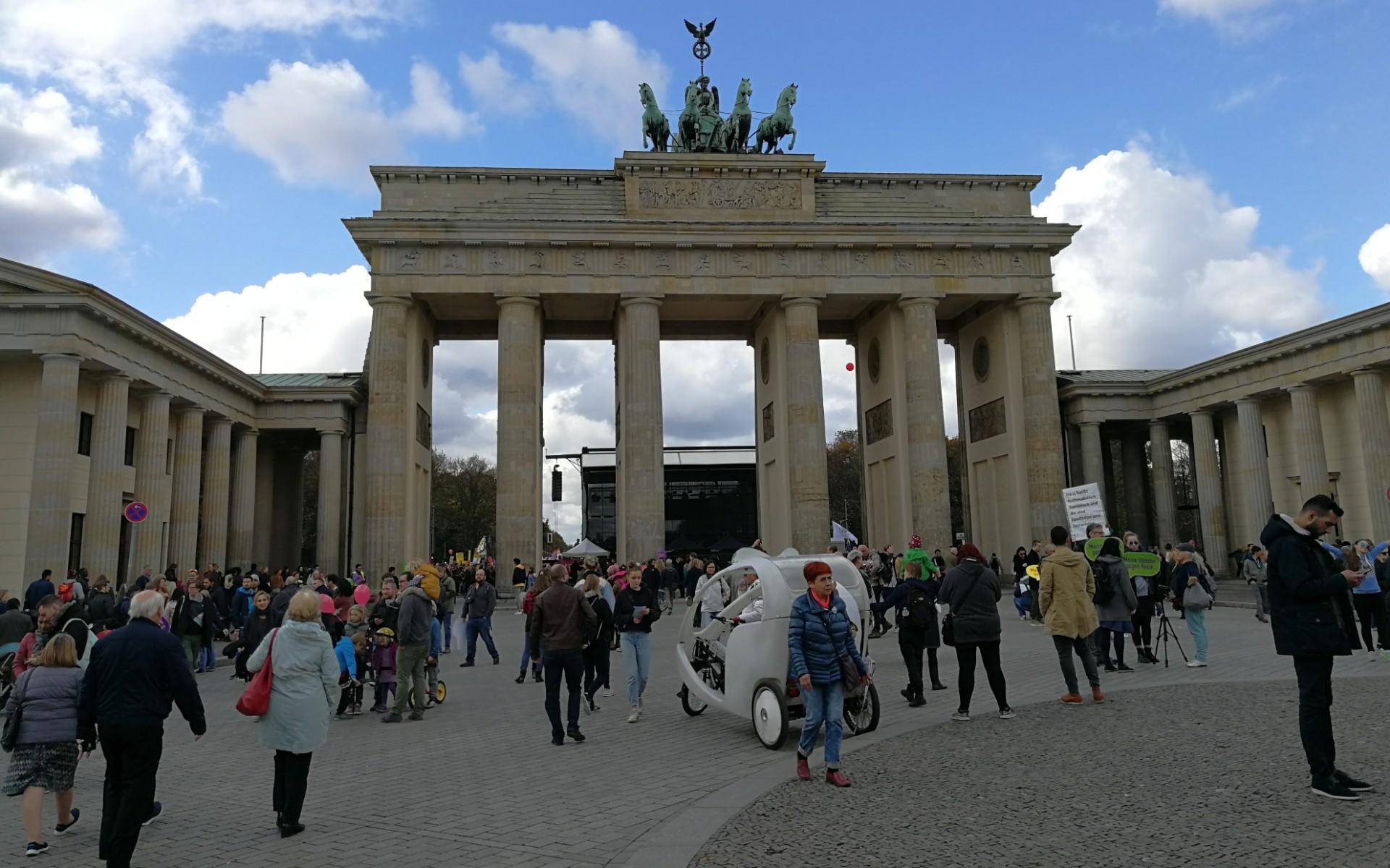 Brandenburger Tor mit vielen Leuten im Vordergrund