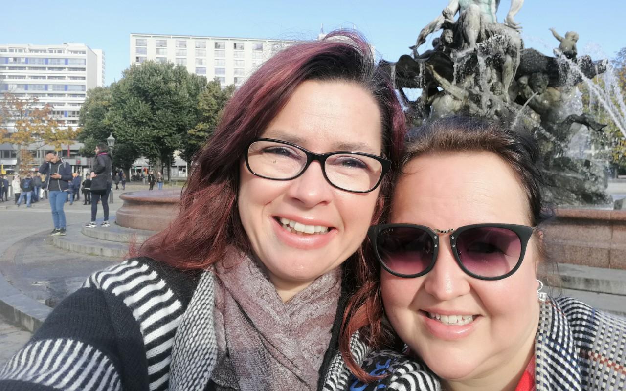 Selfie Pamela und Alexandra am Neptunbrunnen