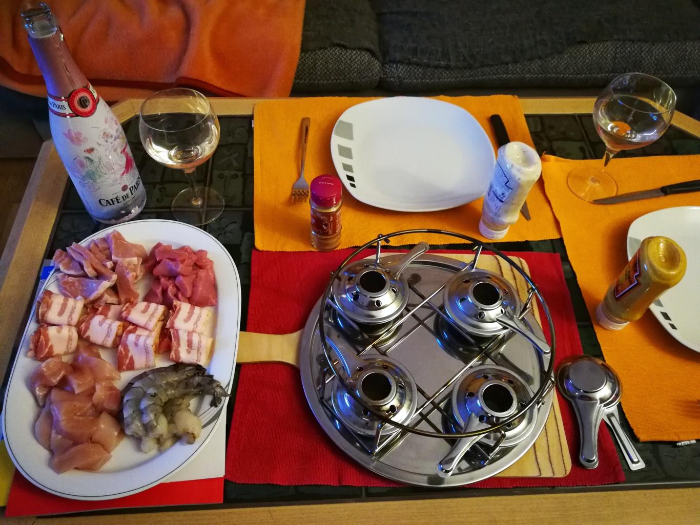 Tischgrill, Fleischstücke, Speck, Crevetten auf Platte