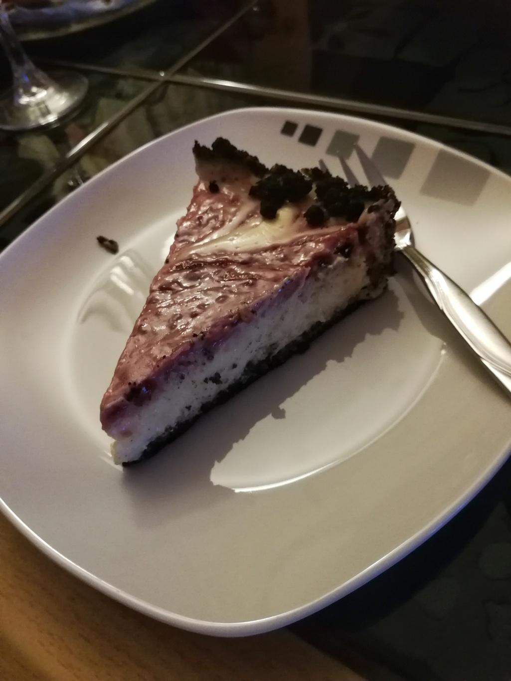 Stück selbergemachter Cheesecake mit Oreokeksrand