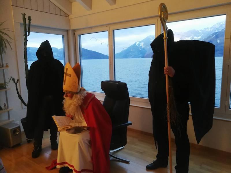 Chlaus begleitet von zwei Schmutzlis zu Besuch