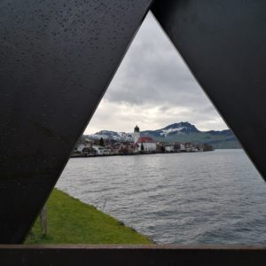 Blick zur Kirche Beckenried mit Dreieck als Bildrahmen