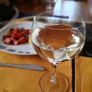Weinglas gefüllt mit Weisswein