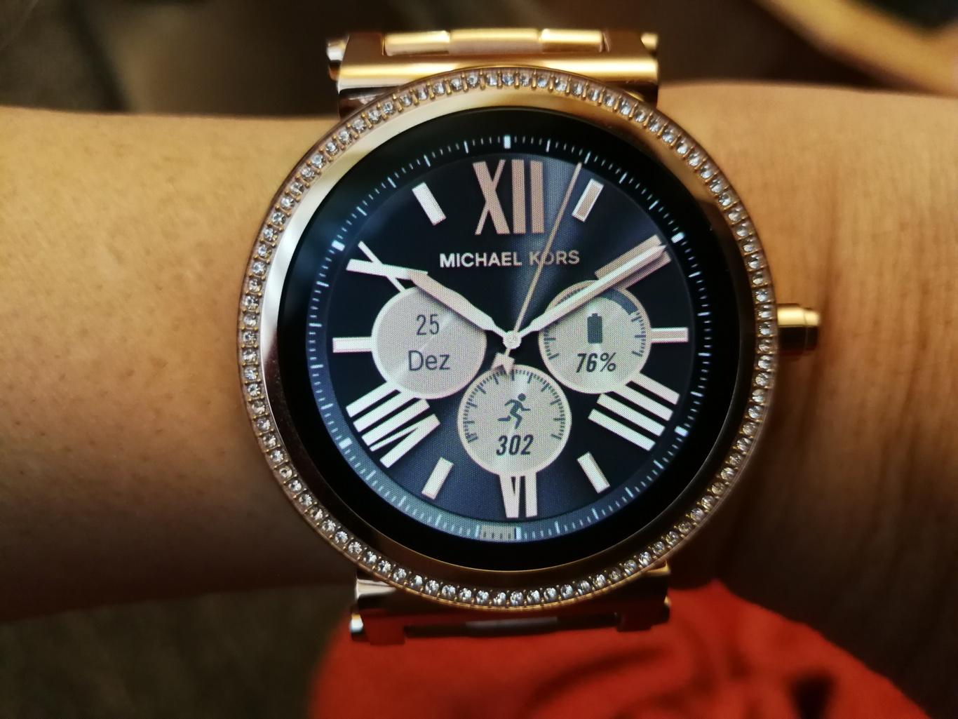 Smartwatch Sofie Michael Kors in Rosegold an Handgelenk