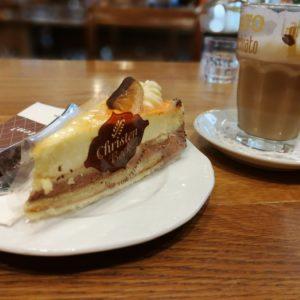 Kaffeepause mit Latte Macchiato und Stück Kuchen