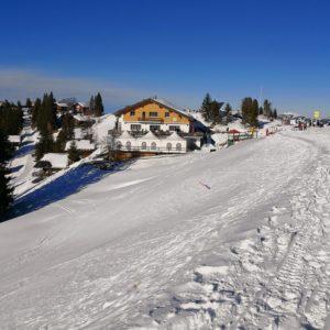 Blick auf Alpstuebli im Schnee vom Wanderweg aus
