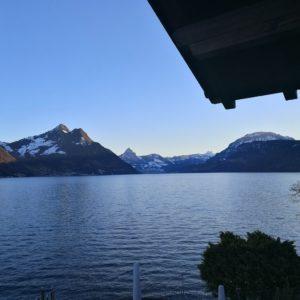 Blick vom Hotel nach Flüelen bei blauem Himmel