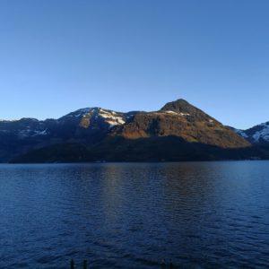 Blick vom Hotel auf Bergkette mit See im Vordergrund