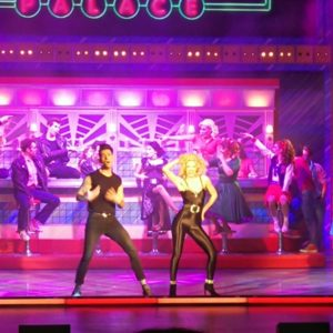Sandy und Danny zu You're the one that I want. Hintergrund Diner mit Tänzern