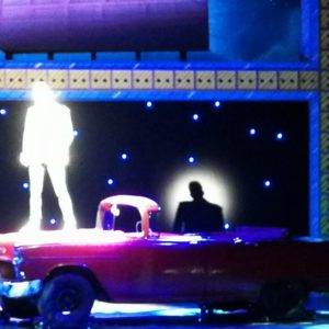 Solo Danny auf rotem Cadillac