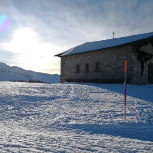 Blick zur Kapelle mit Sonne im Hintergrund