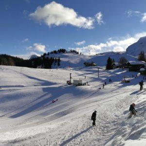 Blick von Bergstation Klewenalp auf Kinderlift mit Schnee und Sonnenschein
