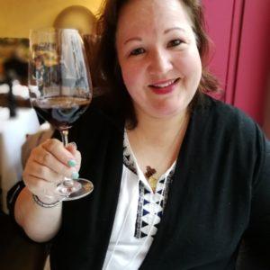 Pamela mit Rotwein am Zuprosten