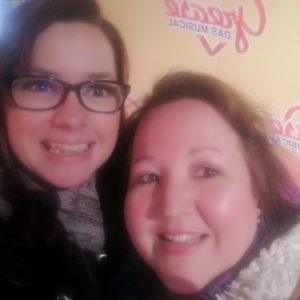 Selfie Pamela und Alex vor Grease Schriftzug