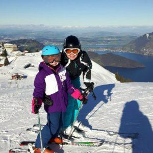 Foto von Céline und Alexandra auf Skiern, Hintergrund Vierwaldstättersee