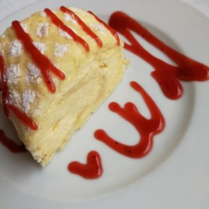 Limoncello Roulade mit Himbeertopping garniert