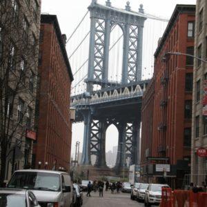 Pfeiler Manhattan Bridge mit Strassenschlucht im Vordergrund