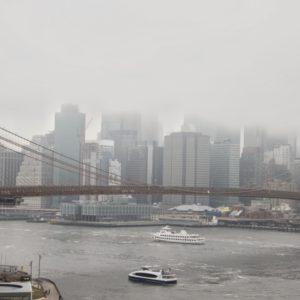 Brooklyn Bridge in Gesamtlänge, Hintergrund Hochhäuser Skyline im Nebel