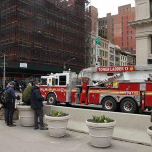 Feuerwehr - Auto an Strasse zu Flat Iron Building