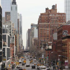 Blick von der Highline auf Strassenverkehr gesäumt