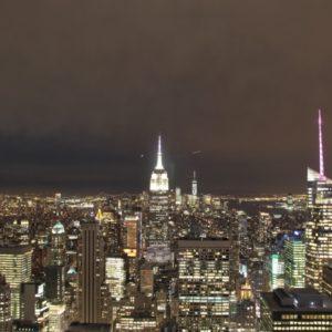 Blick auf Skyline von Manhattan bei Nacht Richtung One World Observatory