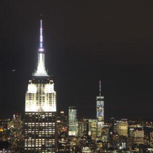 Blick auf Empire und One World Observatory bei Nacht