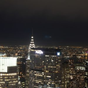 Sicht aufs Chrysler Building beleuchtet bei Nacht von oben