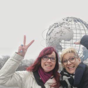 Selfie Alexandra und Priska vor Unisphere