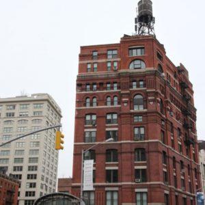 Haus in Tribeca in rotem Backstein mit Wassertank auf Dach