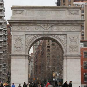 """Foto vom """"Triumphbogen"""" am Ausgang des Washington Square Park"""