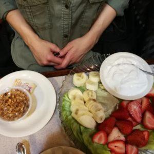 Griechischer Joghurt mit frischen Bananen, Erdbeeren und separat Granolamischung