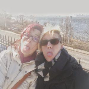 Selfie Alexandra und Priska, im Hintergrund Hudson River