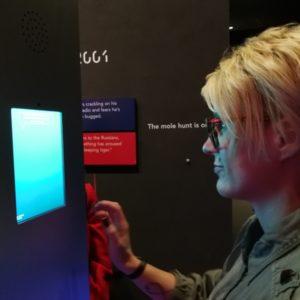 Priska am Fragen beantworten an der Aufgabenbox im Skyscrape Museum