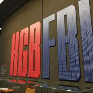 Schriftzug KGB in rot, FBI in blau im Skyscrape Museum