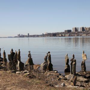 Steinmaennli in unterschiedlichen Grössen angeordnet am Ufer des Hudson Rivers