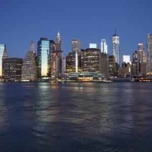 Beginn Sonnenaufgang mit Blick auf beleuchtete Skyline von Manhattan