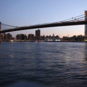 Sonnenaufgang Brooklyn Bridge bei blau gefärbtem Himmel