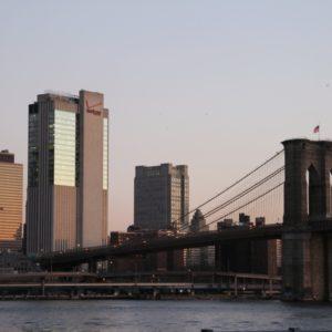 Sonnenaufgang an Brooklyn Bridge, Himmel rosa gefärbt