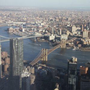 Blick bei Tag auf Brooklyn und Manhattan Bridge vom One World Observatory