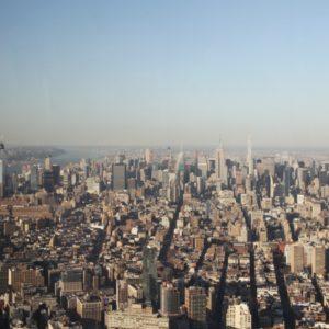 Blick auf Manhattan vom One World Observatory bei Tageslicht, blauem Himmel