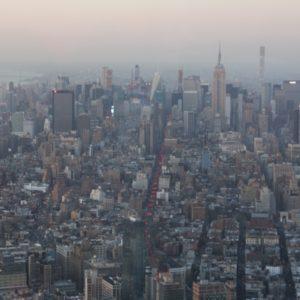 Blick auf Manhattan bei Dämmerung vom One World Observatory