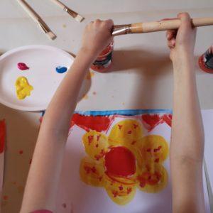 Celines Bild in Entstehung- Blume in Gelb und rot