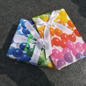 in Ballonpapier eingepacktes Geschenk für Céline