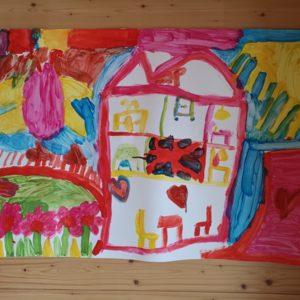 Gruppenbild Mädchen an Wand aufgehängt - Haus mit Garten farbenfroh