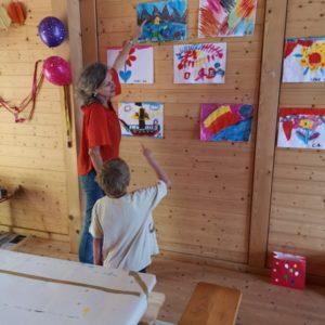 Julian erklärt Regula sein gemaltes Bild