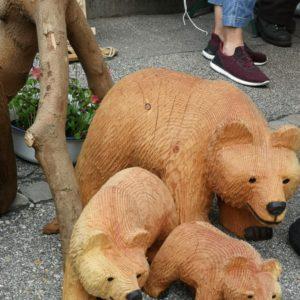 kleine Bärenfamilie in hellbraun gruppiert - Bärenmama mit zwei Jungen