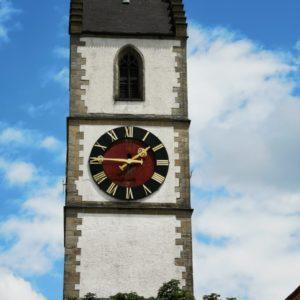Kirchturm mit blauem Himmel, Uhrzeit viertel vor Zwei am Nachmittag