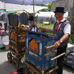 Zwei Orgelspieler im Einsatz - Musiker mit Hut und Gilet in Emmentaler Tracht